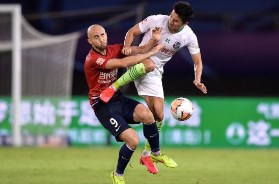 中超-重庆0-0青岛依旧难求一胜 王伟飞踹遭红牌罚下