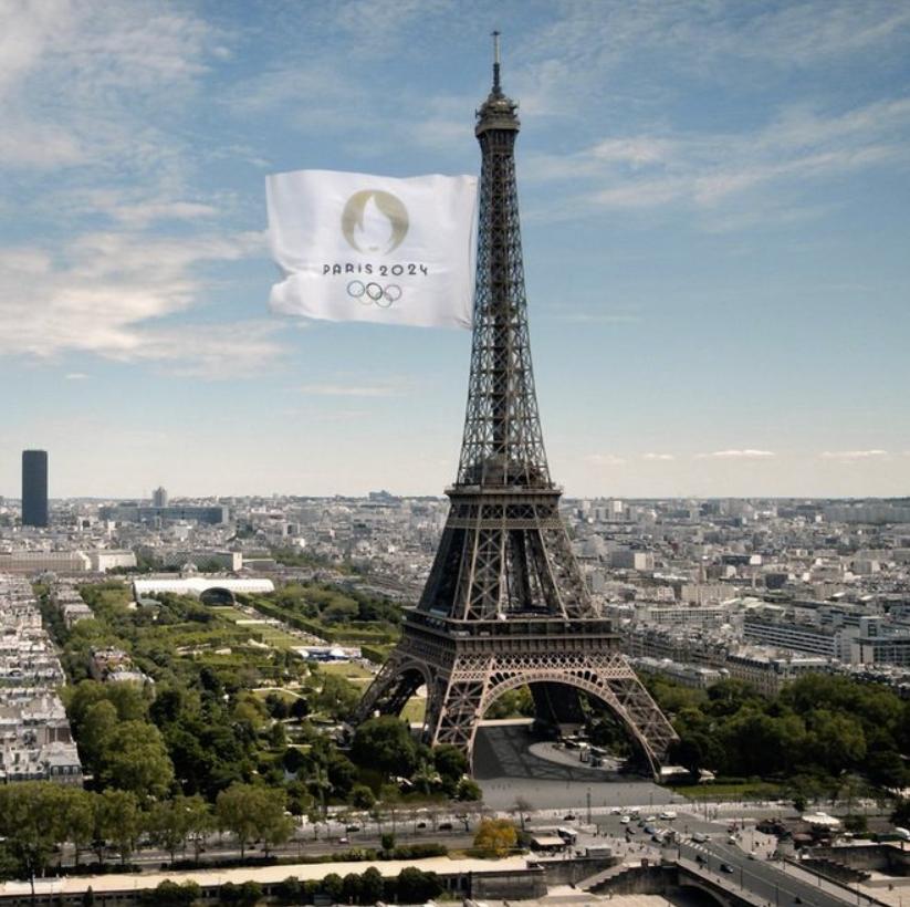2024巴黎奥运会接棒!埃菲尔铁塔升起破纪录旗帜